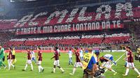 Para suporter saat menyaksikan pertandingan AC Milan melawan U Craiova pada leg kedua babak 3 Liga Europa di San Siro, Milan, (3/8). Dalam pertandingan ini Giacomo Bonaventura dan Patrick Cutrone mencetak satu gol. (Daniel Dal Zennaro/ANSA via AP)