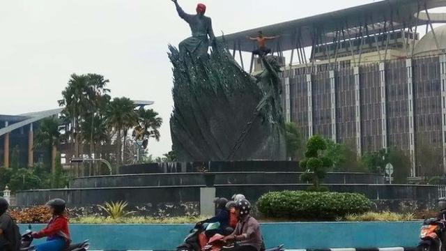 Aksi pria diduga alami gangguan jiwa naik di Tugu Zapin, depan Kantor Gubernur Riau di Pekanbaru.