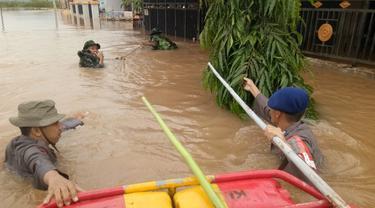 Banjir yang merendam Perumnas Antang, Makassar mencapai atap rumah warga (Liputan6.com/ Eka Hakim)