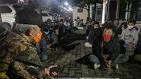 Gubernur Jateng, Ganjar Pranowo menemui demonstran dan pelajar yang ditahan di Polrestabes Semarang, Rabu malam. (Foto: Liputan6.com/Felek Wahyu)