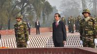 Presiden Joko Widodo didampingi pasukan kehormatan Bangladesh mengheningkan cipta selama satu menit di National Martyrs' Memorial di Savar, Bangladesh (28/1). (Liputan6.com/Pool/Rusman Biro Pers Setpres)