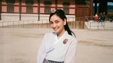Perempuan kelahiran 14 Februari 1997 terlihat begitu anggun saat memakai hanbok, pakaian tradisional Korea. Pakaian tersebut ia pakai saat liburan di Korea Selatan. Gaya anggunya ini menuai pujian dari netizen. (Liputan6.com/IG/@valtifanka)