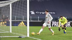 Pemain Juventus Federico Chiesa (kiri) mencetak gol ke gawang SPAL pada pertandingan perempat final Coppa Italia di Allianz Stadium, Turin, Italia, Rabu (27/1/2021). Juventus meraih tiket semifinal Coppa Italia usai membantai SPAL 4-0. (Fabio Ferrari/LaPresse via AP)