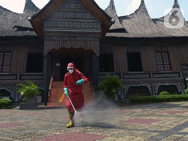Petugas pemadam kebakaran melakukan penyemprotan cairan disinfektan tempat wisata di Taman Mini Indonesia Indah (TMII), Jakarta, Rabu (10/6/2020). Penyemprotan dilakukan untuk mencegah penyebaran virus corona COVID-19. (merdeka.com/Imam Buhori)