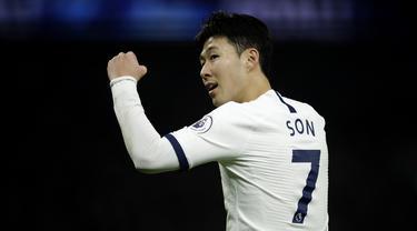 Gelandang Tottenham, Son Heung-min, merayakan gol yang dicetaknya ke gawang Norwich pada laga Premier League di Stadion Tottenham, London, Rabu (23/1). Tottenham menang 2-0 atas Norwich. (AP/Matt Dunham)
