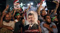 Massa Ikhwanul Muslimin pendukung Morsi (Huffington Post)