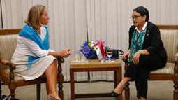 Menlu RI, Retno Marsudi (kanan) berdialog dengan Kepala Kebijakan Luar Negeri Uni Eropa Federica Mogherini saat menghadiri Pertemuan Menteri Luar Negeri Aseav ke-7 di Manila, Filipina (7/8). (AFP Photo/Pool/Rolex Dela Pena)