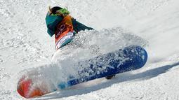 Emily Arthur saat terjatuh dalam pertandingan semifinal halfpipe putri pada Olimpiade Musim Dingin 2018 di Pyeongchang, Korea Selatan, (13/2). Atlet Snowboarding 18 tahun ini mengalami cedera di bagian hidung yang berdarah. (AP Photo / Gregory Bull)