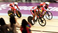 Trio pembalap sepeda difabel Indonesia M Fadli Immamuddin (depan), M Habib Shaleh (tengah) dan Marthin Losu (belakang) saat berlomba pada babak kualifakasi nomor Team Sprint Putra kaegori C1-5 Asian Para Games 2018, Kamis (11/10). (INAPGOC/TJPimages)
