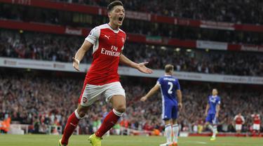 Pemain Arsenal, Mesut Ozil dikabarkan tengah diincar dua klub raksasa Eropa yakni Manchester United dan Barcelona. Daily Mail menyebut Ozil lebih memilih Setan Merah jika terjadi kesepakatan pada bursa transfer Januari 2018. (AFP/IKIMAGES/Ian Kington)