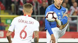 Gelandang Italia, Nicolo Barella mengontrol bola dari kawalan gelandang Polandia, Jacek Goralski selama pertandingan UEFA Nations League Grup 3 di Silesian Stadium, Polandia (14/10). Italia menang 1-0 atas Polandia. (AFP Photo/Janek Skarzynski)