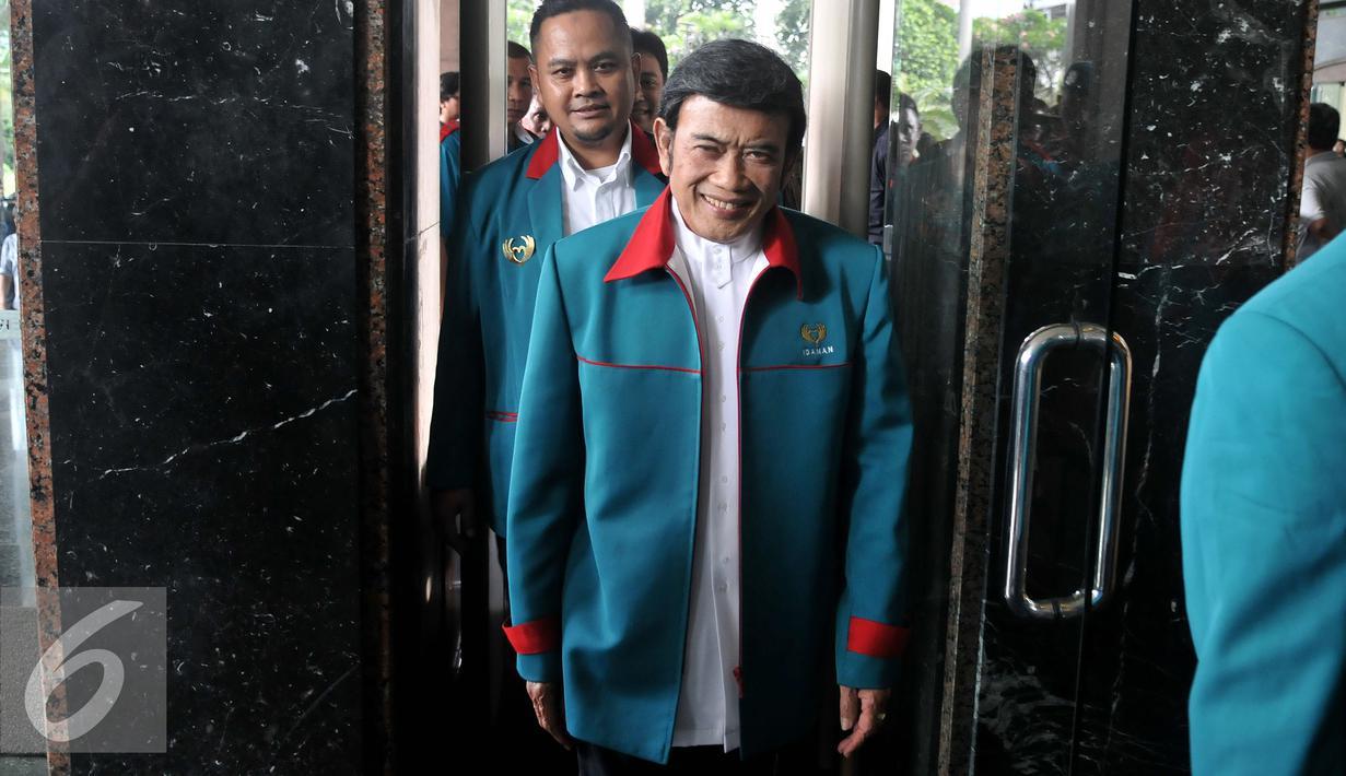 Ketua Umum Partai Idaman Rhoma Irama saat tiba di Kantor Kemenkumham, Jakarta, Jumat (29/7). Kedatangan Partai Idaman menyerahkan berkas kelengkapan syarat menjadi partai baru berbadan hukum. (Liputan6.com/Johan Tallo)