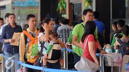 Sejumlah calon penumpang mengantri untuk masuk ke dalam Bandara Halim Perdanakusuma Jakarta, Senin (4/7). H-2 jelang Idul Fitri 1437 H, ribuan calon penumpang diberangkatkan dari Bandara Halim Perdanakusuma. (Liputan6.com/Helmi Fithriansyah)