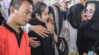Keluarga menangis saat pemakaman mantan artis cilik Cecep Reza di TPU Layur Penggilingan, Jakarta, Rabu (20/11/2019). Cecep Reza meninggal pada usia 31 tahun karena penyakit jantung. (Liputan6.com/Faizal Fanani)
