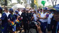 Penjabat (Pj) Gubernur Jawa Barat (Jabar) M Iriawan saat membawa obor Asian Games di Bandung.
