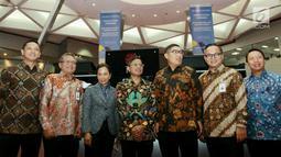Menteri BUMN Rini M Soemarno foto bersama dengan jajaran Direksi BUMN pada pencatatan perdana Efek Beragun Aset Mandiri GIAA01 di gedung Bursa Efek Indonesia, Jakarta, Selasa (31/7). (Liputan6.com/HO/Iqbal)