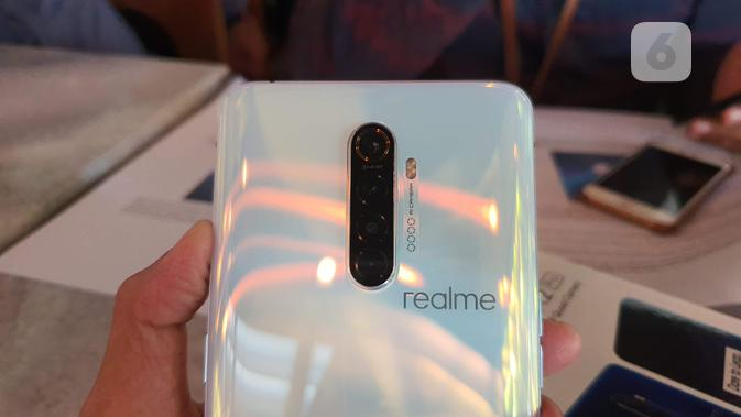 Tampak empat lensa kamera utama di bodi belakang Realme X2 Pro. (Liputan6.com/ Agustin Setyo W)