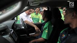 Menteri ESDM Ignasius Jonan berbincang dengan sopir salah satu mobil sebelum melakukan uji jalan Penggunaan Bahan Bakar B30 untuk kendaraan bermesin diesel di Kementerian ESDM, Jakarta, Kamis (13/6/2019). (merdeka.com/Iqbal S. Nugroho)