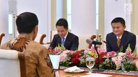 Presiden Joko Widodo berbincang dengan CEO Alibaba Jack Ma di Istana Bogor, Jawa Barat, Sabtu (1/9). Tujuan membuat Jack Ma Institut di Indonesia untuk mengembangkan sumber daya manusia dalam bidang ekonomi digital. (Liputan6.com/Pool/Biro Pers Setpres)