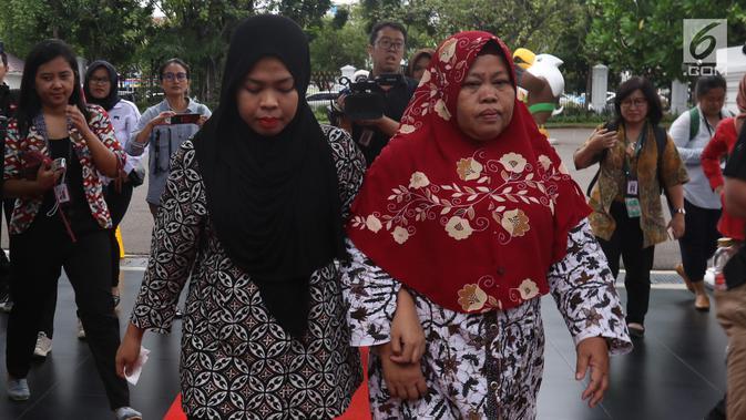 Siti Aisyah dan keluarga tiba untuk menemui Presiden Joko Widodo di Istana Merdeka, Jakarta, Selasa (12/3). Siti dibebaskan dari dakwaan hukum kasus pembunuhan Kim Jong Nam di Pengadilan Tinggi Shah Alam, Kuala Lumpur. (Liputan6.com/Angga Yuniar)#source%3Dgooglier%2Ecom#https%3A%2F%2Fgooglier%2Ecom%2Fpage%2F%2F10000