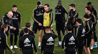 Striker Real Madrid, Karim Benzema memeluk rekan setimnya, Lucas Vazquez selama sesi latihan terbuka untuk umum di fasilitas latihan Ciudad Real Madrid, Valdebebas, Senin (30/12/2019). Real Madrid akan menghadapi Getafe pada pertandingan La Liga di laga pembuka tahun 2020. (OSCAR DEL POZO/AFP)