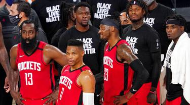 Para pebasket Houston Rockets tampak kecewa usai ditaklukkan Oklahoma City Thunder pada laga NBA, Selasa (1/9/2020). Oklahoma City Thunder menang 104-100 atas Houston Rockets. (AP Photo/Mark J. Terrill)
