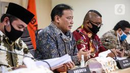 Ketua Bawaslu RI Abhan (kedua kiri) saat menyampaikan keterangan pers di Kantor Bawaslu RI, Jakarta, Selasa (14/7/2020). Bawaslu menemukan  4.411 penyelenggara pemilihan dinyatakan tidak memenuhi syarat. (Liputan6.com/Faizal Fanani)