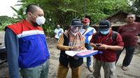 Tim verifikator Pertamina memverifikasi rumah hingga tempat ibadah yang terdampak ledakan tangki RU VI Balongan Indramayu. Foto (istimewa)