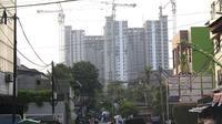 Suasana pembangunan Rumah Susun Sewa Tingkat Tinggi Pasar Rumput, Jakarta Selatan, Sabtu (6/10). Rusun yang ditargetkan rampung pada Desember 2018 memiliki 1.984 unit dan diprioritaskan untuk warga relokasi. (Liputan6.com/Immanuel Antonius)