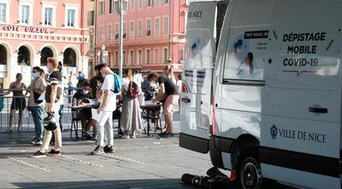 Warga mengantre untuk melakukan tes di pos penapisan COVID-19 di Nice, Prancis selatan (27/7/2020). Tiga pos penapisan COVID-19 di Nice menyediakan pengujian gratis sejak 24 Juli. Hasilnya akan dikirim ke pasien dalam waktu 24 jam setelah tes. (Xinhua/Serge Haouzi)