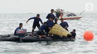 Tim SAR mengevakuasi bagian tubuh penumpang pesawat Sriwijaya Air SJ 182 di perairan Kepulauan Seribu, Jakartra, Minggu (10/1/2021). Sriwijaya Air SJ 182 hilang kontak empat menit usai lepas landas dari Bandara Soetta. (merdeka.com/Arie Basuki)