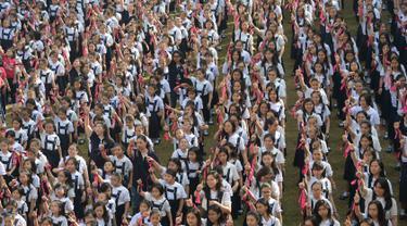Siswa dari St. Scholastica's College mengambil bagian dalam gerakan One Billion Rising di Manila, Filipina, Kamis (14/2). Lebih dari 3.000 siswa berpartisipasi dalam acara yang digelar yang bertepatan dengan Hari Valentine tersebut. (TED ALJIBE/AFP)
