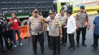 Kapolda Jatim meninjau Jalan Raya Gubeng (Liputan6.com/Dian Kurniawan)