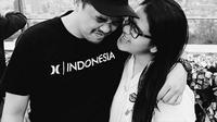 Dalam video tersebut, terlihat Kahiyang dan calon suami, Bobby Nasution mengenakan atasan hitam. Kahiyang mengenakan bawahan batik dengan balutan kebaya warna hitam, sedangkan calon suami mengenakan baju warna hitam. (Instagram/bobbynst)