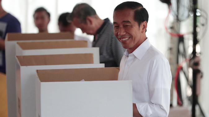 Calon Presiden Nomor Urut 01 Joko Widodo atau Jokowi saat melakukan pencoblosan dalam Pemilu 2019 di TPS 008 Gambir, Jakarta Pusat, Rabu (17/4). Jokowi tercatat di nomor urut 154 dari 198 pemilih yang terdaftar di Daftar Pemilih Tetap (DPT). (AP/Dita Alangkara)