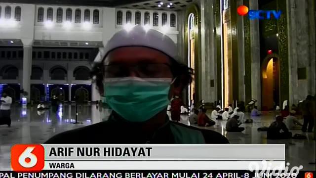 Jumlah orang positif Covid-19 atau virus corona di Surabaya yang terus bertambah banyak membuat Masjid Nasional Al Akbar memutuskan untuk tidak menggelar shalat berjamaah. Begitu pula dengan awal Bulan Suci Ramadhan yang tidak melakukan shalat Tarawi...