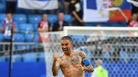 Bek Serbia, Aleksandar Kolarov dengan badan penuh tato merayakan kemenangan timnya di pertandingan sepak bola Grup E Piala Dunia 2018 Rusia di Samara, (17/6). Aleksandar memilih tato ikan koi di bagian lengannya. (AFP PHOTO / Emmanuel Dunand)