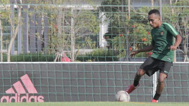 Pemain Timnas Indonesia U-22, Todd Rivaldo, mengontrol bola saat latihan. (Bola.com/Zulfirdaus Harahap)