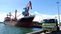 Daya dukung pelabuhan untuk memperlancar arus transportasi hasil industri di Bengkulu mulai dilakukan pembenahan oleh PT Pelindo II sebagai operator pelabuhan Samudra Pulau Baai Bengkulu (Liputan6.com/Yuliardi Hardjo)