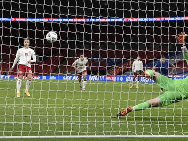 Pemain Denmark Christian Eriksen (kiri) mencetak gol ke gawang Inggris dari titik penalti pada pertandingan UEFA Nations League di Stadion Wembley, London, Inggris, Rabu (14/10/2020). Denmark menang 1-0. (Daniel Leal-Olivas/Pool via AP)