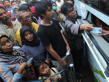 Warga mengantre untuk mengajukan permohonan pencetakan E-KTP di Kantor Disdukcapil Kota Bogor, Jawa Barat (6/6). Antrean panjang  terjadi sejak pagi hari. (Merdeka.com/Arie Basuki)