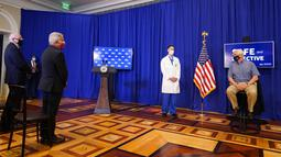 "Wakil Presiden Amerika Serikat Mike Pence (kanan) berbicara sebelum menerima suntikan vaksin COVID-19 Pfizer-BioNTech di Gedung Putih, Washington, Jumat (18/12/2020). Pence dalam kesempatan itu pun menyebut vaksinasi tersebut sebagai ""keajaiban medis"". (AP Photo/Andrew Harnik)"