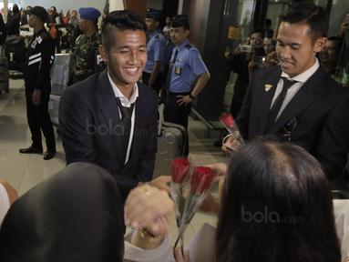 Bek Indonesia, I Putu Gede, saat tiba di Bandara Soekarno-Hatta, Tangerang, Rabu, (30/8/2017). Pemain Indonesia disambut para fans sepulangnya dari SEA Games di Malaysia. (Bola.com/M Iqbal Ichsan)