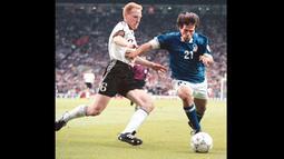 Cemerlang di klub, Matthias Sammer tentu saja tidak ditinggalkan untuk Euro 1996. Pelatih Timnas Jerman saat itu, Berti Vogts, menjadikan Sammer sebagai pilar penting timnya. (Foto: AFP/Maurizio Brambatti)