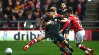 Striker Manchester City Sergio Aguero mendapat pengawalan ketat dari para pemain Bristol City pada leg kedua semifinal Piala Liga Inggris di Stadion Ashton Gate, Bristol, Selasa (23/1/2018). (AFP/Geoff Caddick)