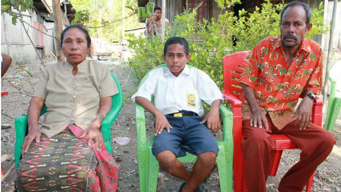 Keluarga Joni Gala, bocah pemanjat tiang bendera. (Liputan6.com/Ola Keda)