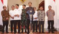 Presiden Joko Widodo atau Jokowi (tengah) menyampaikan keterangan terkait kerusuhan pascapengumuman hasil Pemilu 2019 di Istana Merdeka, Jakarta, Rabu (22/5/2019). Jokowi menyebut tidak akan memberi ruang untuk perusuh yang akan merusak NKRI. (Liputan6.com/HO/Ran)
