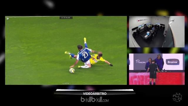Teknologi VAR membantu Vitor Bruno, pemain Boavista menghindari kartu merah. This video is presented by Ballball.