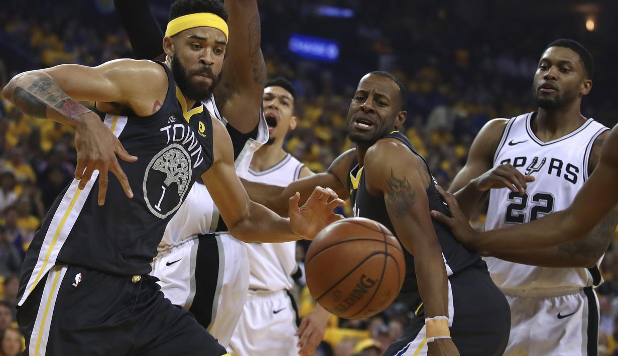 Para pemain Warriors berebut bola dengan pemain San Antonio Spurs pada game kedua putaran pertama playoffs NBA Basketball di Oracle Arena, Oakland, California, (16/4/2018). Warriors menang 116-101. (AP/Ben Margot)