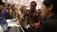 Presiden Joko Widodo melihat-lihat booth fintech usai meresmikan pembukaan Indonesia Fintech Festival & Conference di Tangerang, Selasa (30/8). Fintech merupakan industri jasa keuangan berbasis teknologi digital. (Liputan6.com/Faizal Fanani)